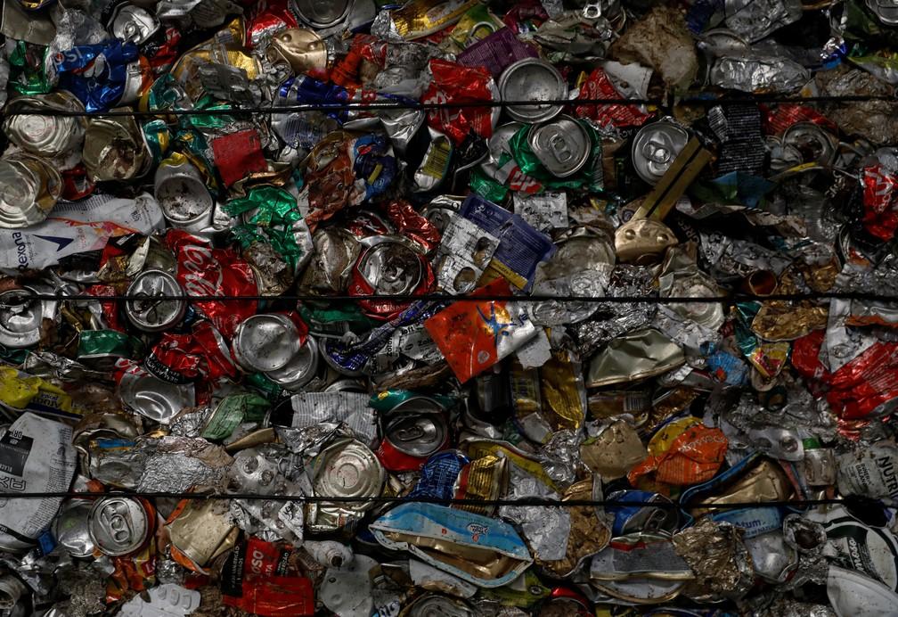 Latas separadas para reciclagem em Seixal, Portugal, em foto de 7 de julho — Foto: Rafael Marchante/Reuters