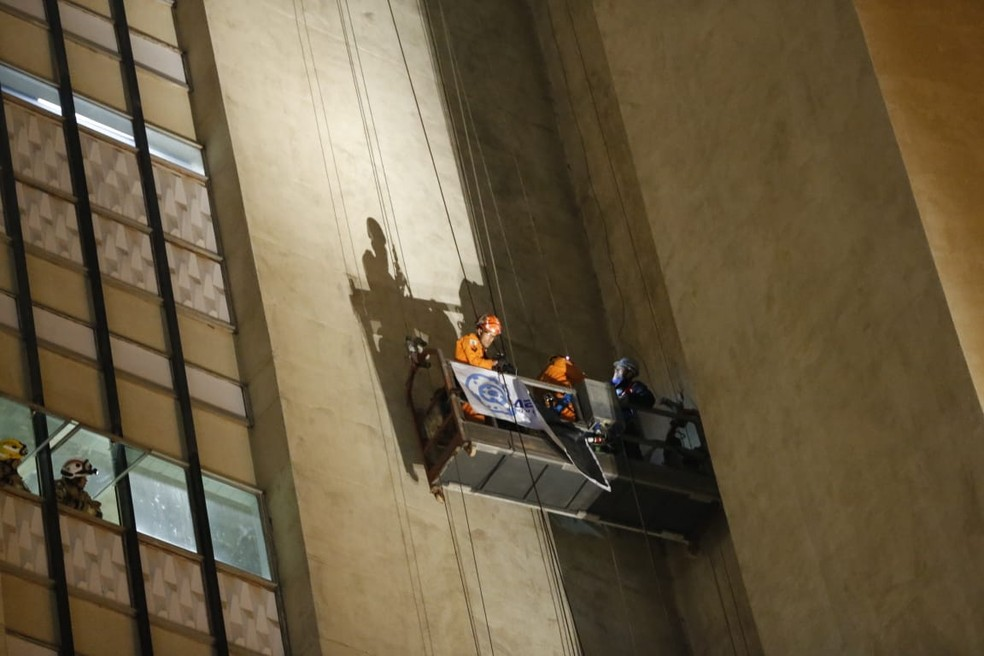 Operários ficaram presos a uma altura de 23 metros em prédio do DF — Foto: Corpo de Bombeiros do DF/ Divulgação