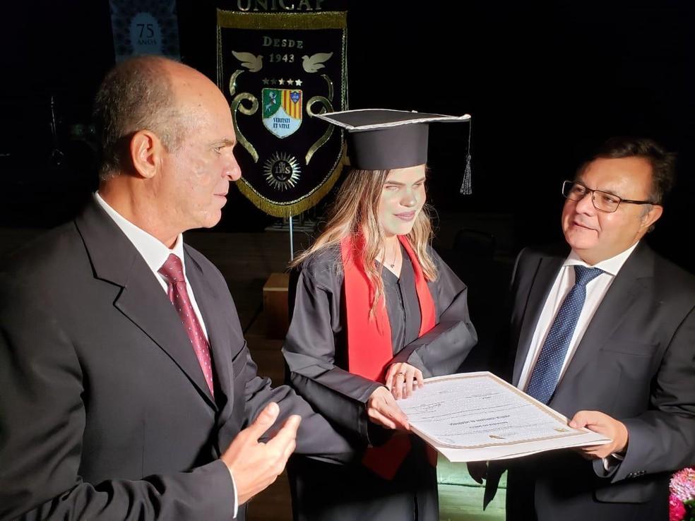 Estudante Marília de Mendonça recebeu primeiro diploma em Braille durante colação de grau  — Foto: Bruno Queiroz e Carla Siqueira/Divulgação