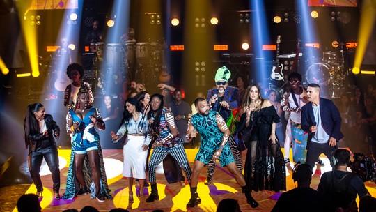 Carlinhos Brown canta junto com Timbalada e anima plateia