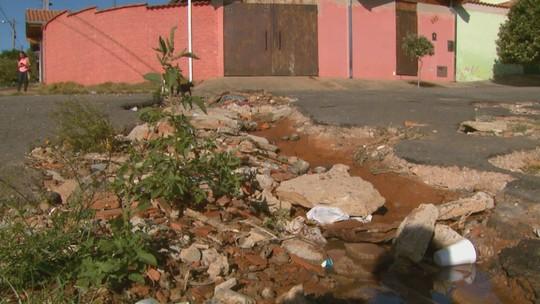 Moradores de Mococa convivem com buracos, depósito irregular de lixo e abandono de animais