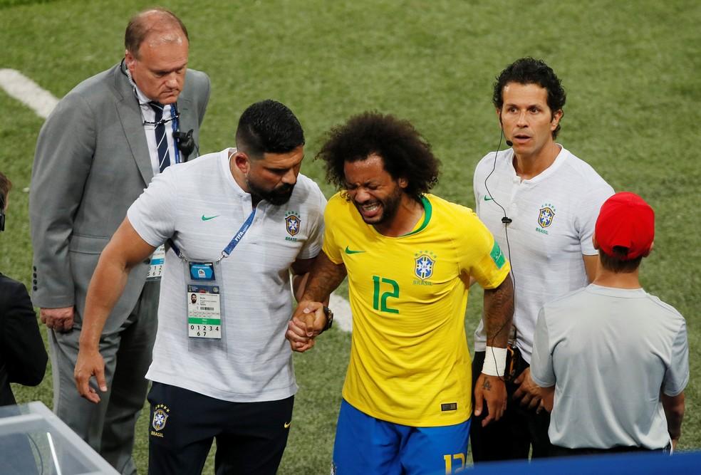 Marcelo deixa o campo machucado em Brasil x Sérvia (Foto: REUTERS/Maxim Shemetov)
