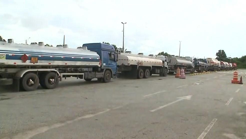 Mais de 20 caminhões-tanque foram abastecidos para sair do terminal da Ponta da Espera para irem de Ferry Boat até Cujupe. De lá, irão para cidades do interior.  (Foto: Reprodução/TV Mirante)