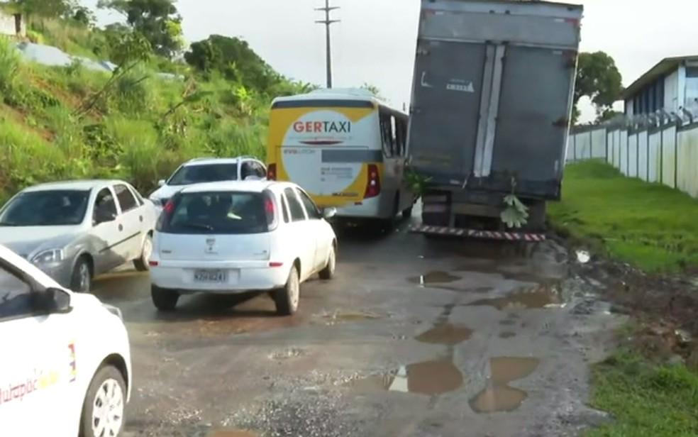 Buracos na BA-528, em Salvador  — Foto: Reprodução/TV Bahia