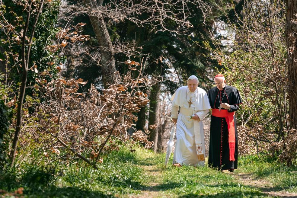 Anthony Hopkins e Jonathan Pryce em cena de 'Dois Papas' — Foto: Divulgação/Netflix