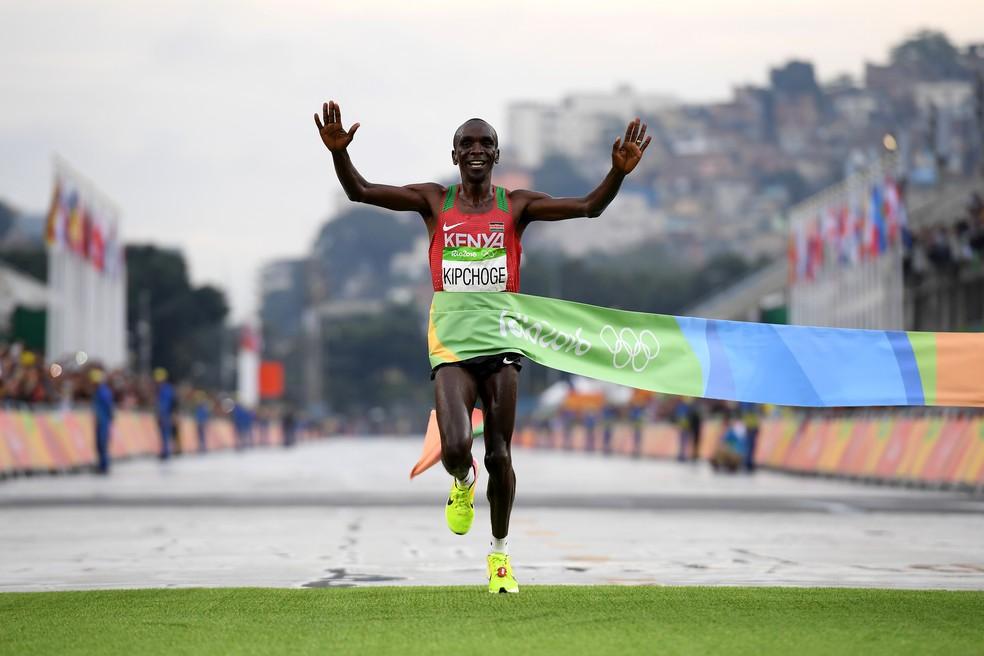Eliud Kipchoge na chegada da maratona dos Jogos Olímpicos do Rio — Foto: Matthias Hangst/Getty Images