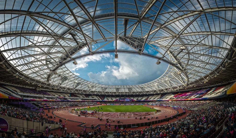 Descrição da imagem: Estádio Olímpico de Londres visto de uma perspectiva linear no último dia do Mundial (Foto: Marcio Rodrigues/MPIX/CPB)