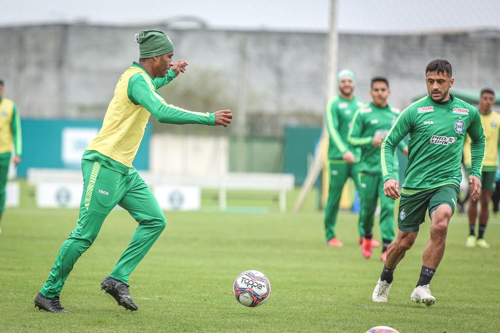 Robinho (à dir) é opção para começar jogando — Foto: Divulgação/Coritiba