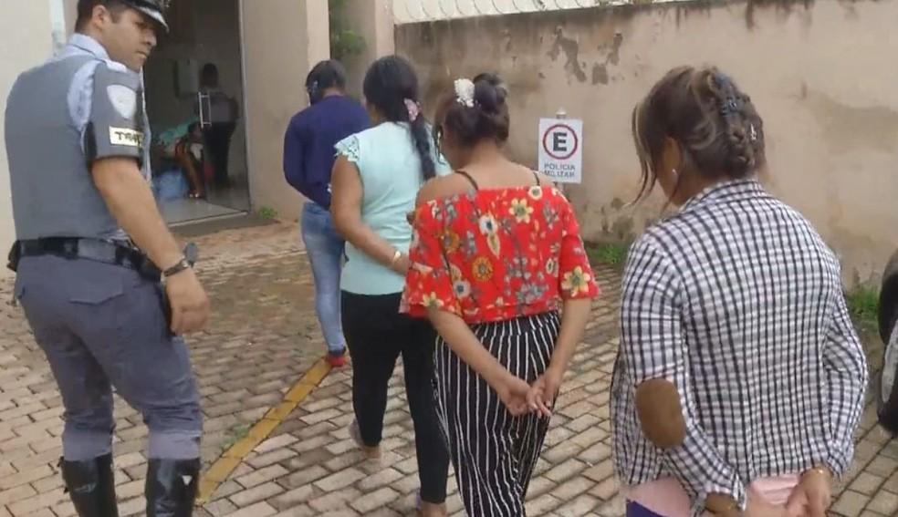 Cinco mulheres e dois homens foram presos em Ourinhos (Foto: TV TEM / Reprodução )