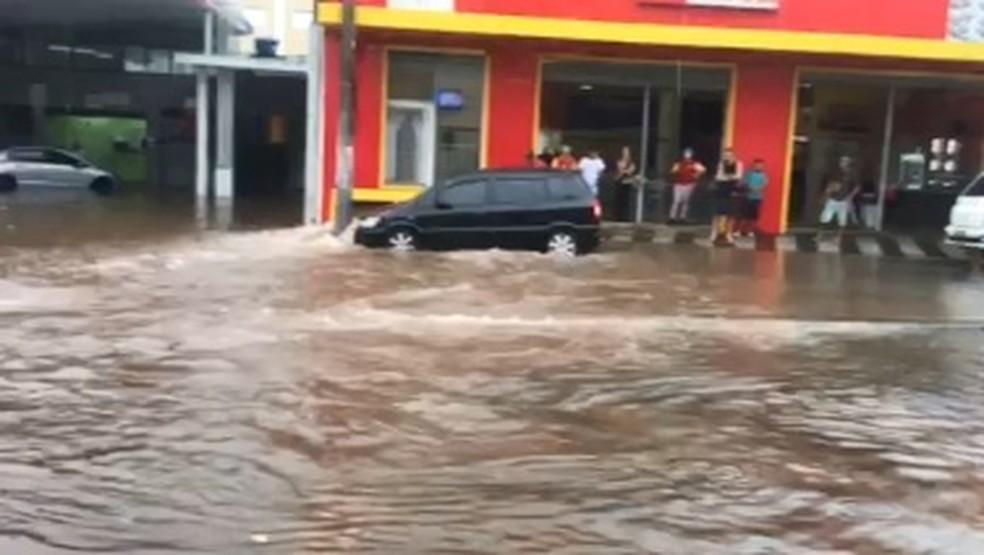 Chuvas causam alagamentos em Bragança Paulista (Foto: João Bardy/Vanguarda Repórter)