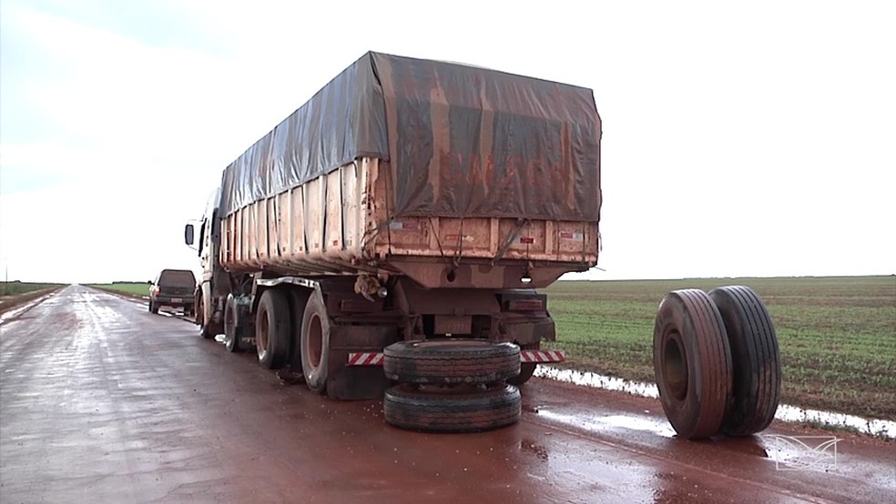 Caminhão quebrou um dos eixos por conta dos buracos na MA-006 (Foto: Reprodução/TV Mirante)