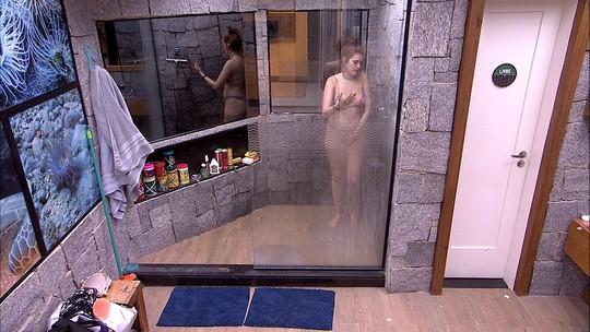 Ana Clara toma banho depois da festa