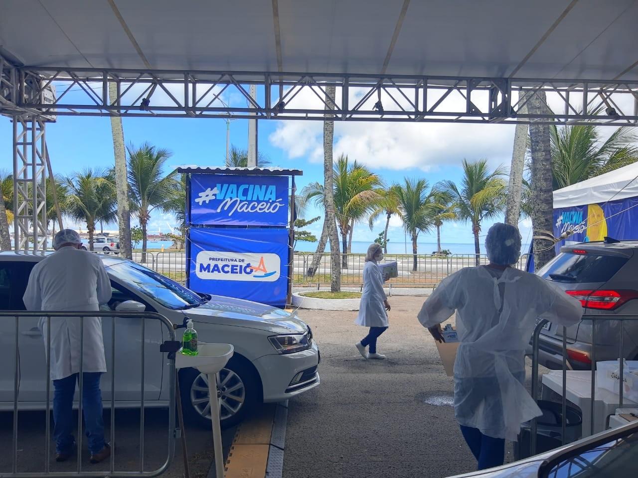 Postos drive-thru de vacinação contra a Covid em Maceió fazem plantão de 12 horas neste sábado