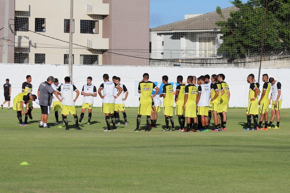 Geninho relacionou 19 jogadores do ABC para o jogo contra o Internacional, no Beira-Rio (Foto: Andrei Torres/ABC)