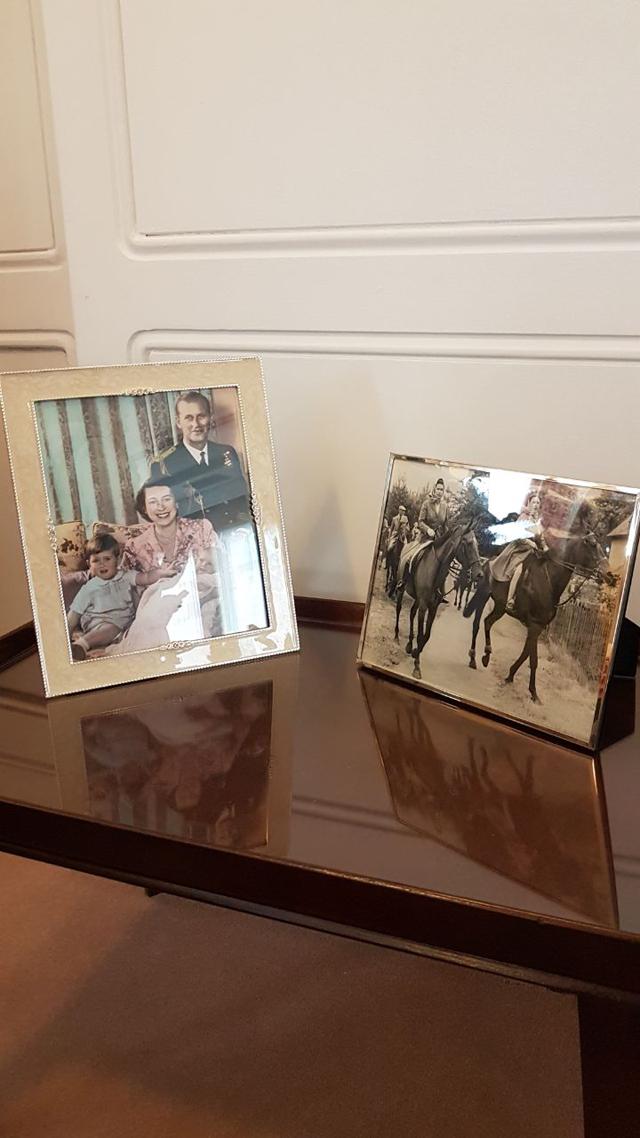 Porta-retratos da família: ambiente bem aconchegante para a família real (Foto: Divulgação)