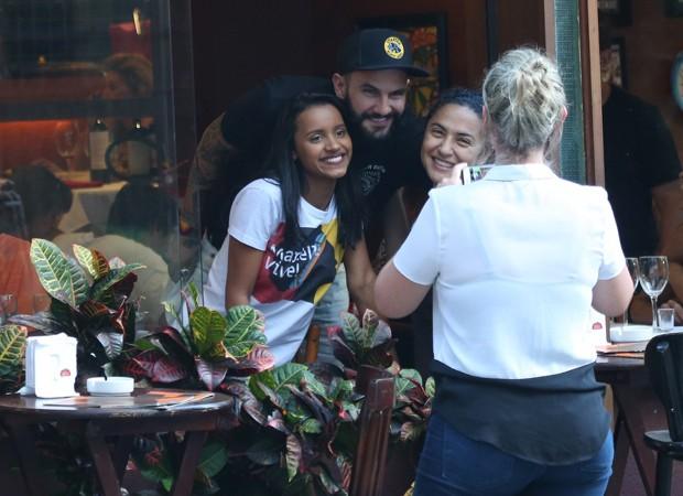 Gleice e Wagner posando com uma fã no Rio de Janeiro (Foto: AgNews)
