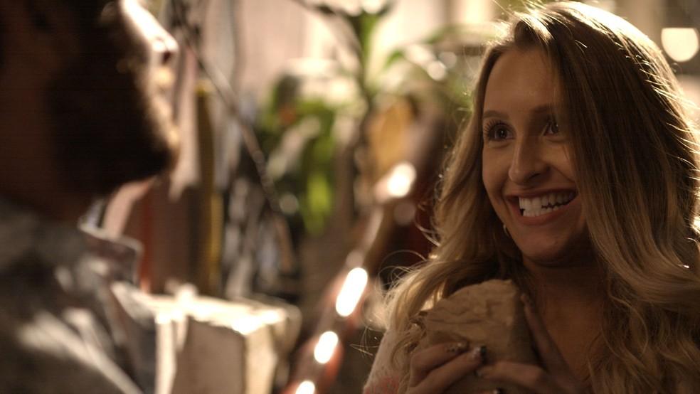Em 'A Força do Querer', Carine (Carla Diaz)  ganha dinheiro para colocar silicone — Foto: TV Globo