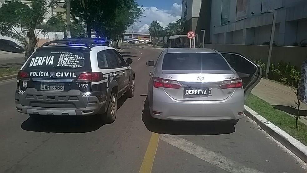 O carro conduzido pelo dentista, modelo Corola, também estava com placas falsas e com diversos indícios de adulteração (Foto: Polícia Civil de MT)