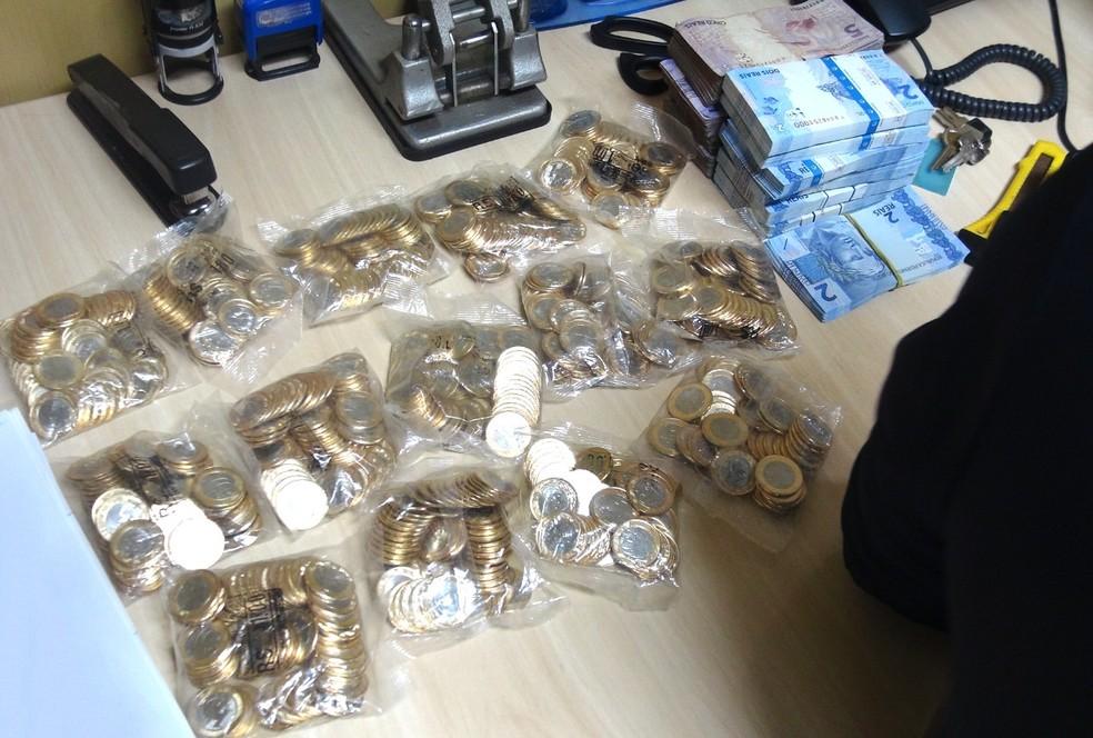 Sacos de moedas também foram apreendidos nas casas dos suspeitos — Foto: Polícia Federal/Divulgação