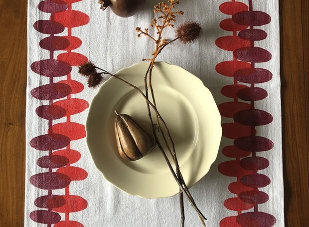O caminho de mesa de Luiza Ruberti ganha cores por meio da estamparia manual  (Foto: Divulgação)