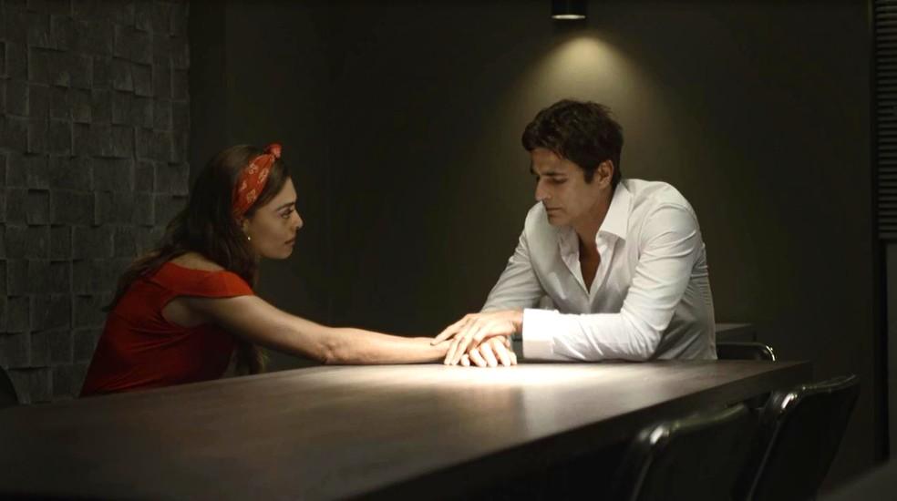Maria da Paz (Juliana Paes) promete tirar Régis (Reynaldo Gianecchini) da cadeia, em 'A Dona do Pedaço' — Foto: Globo