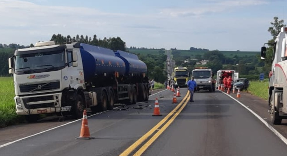 Batida contra carreta-tanque aconteceu no km 287 da BR-153, em Ocauçu — Foto: Polícia Rodoviária Federal/Divulgação
