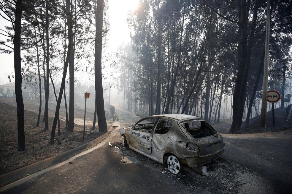 Carro incendiado abandonado em rodovia após incêndio florestal perto de Pedrógão Grande, na região central de Portugal (Foto: Rafael Marchante/Reuters)