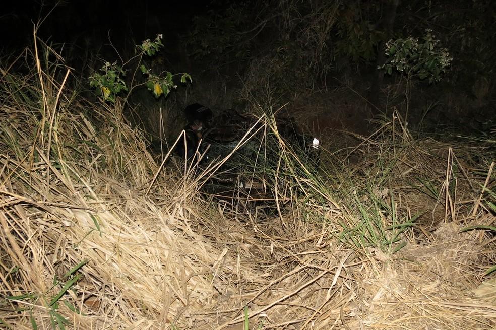 Veículo caiu em uma ribanceira após capotar na SP-294 — Foto: Cedida