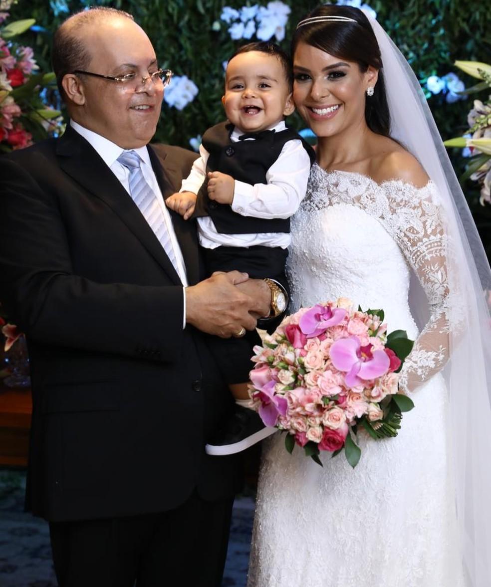 Ibaneis e Mayara se casam em cerimônia no Lago Sul, em Brasília; foto acompanhados do filho do casal — Foto: Glenio Dettmar/Divulgação