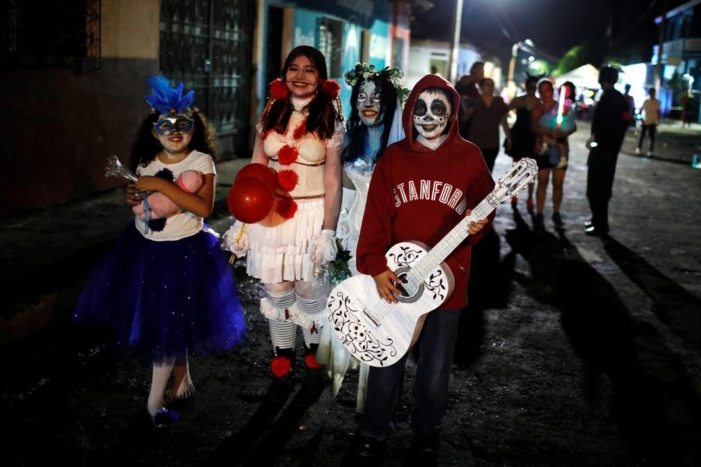 Crianças participam da parada 'La Calabiuza' na véspera do Dia dos Mortos em Tonacatepeque, El Salvador, nesta sexta (1º) — Foto: José Cabezas/Reuters