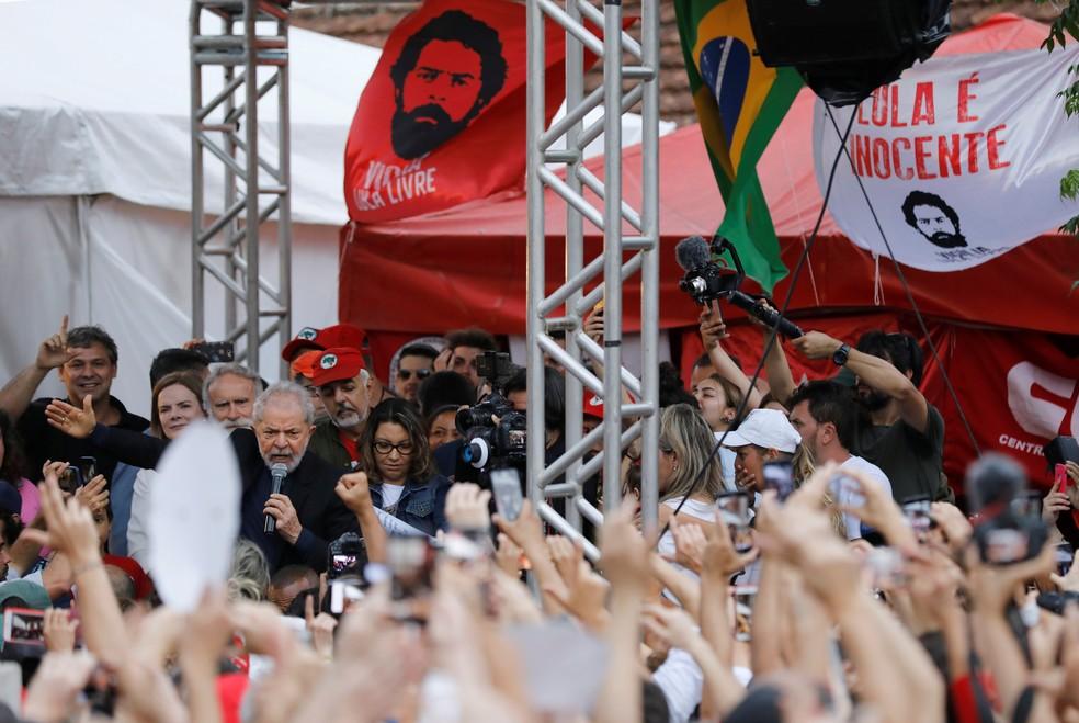 Lula discursa após deixar a prisão na sede da PF, em Curitiba, na tarde desta sexta-feira (8) — Foto: REUTERS/Rodolfo Buhrer