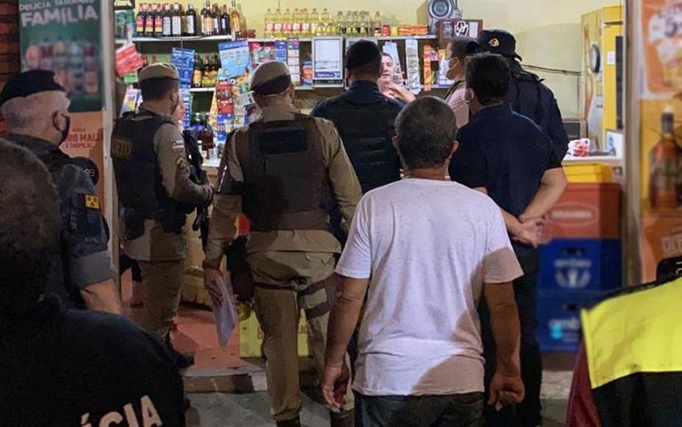Policiais em bar de Itabuna no primeiro dia do toque de recolher na Bahia; estabelecimento teria descumprido medida — Foto: Divulgação/Secretaria de Segurança de Itabuna