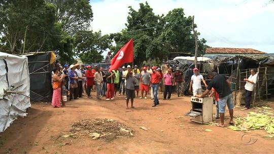 Manifestantes fazem protesto no Aeroporto Zumbi dos Palmares, AL, contra a privatização