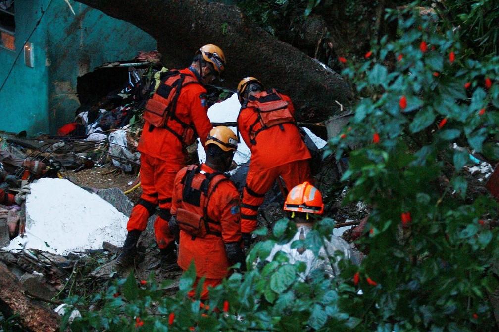 Deslizamento de terra no Morro da Babilônia, no Leme, no Rio de Janeiro (RJ), deixa dois mortos na madrugada desta terça-feira (9). A tempestade que caiu no Rio de Janeiro na noite desta segunda-feira (8) deixou três mortos: um homem na Gávea e duas irmãs no Leme. A terça-feira (9) começou com mais chuva — Foto: JOSE LUCENA/FUTURA PRESS/ESTADÃO CONTEÚDO