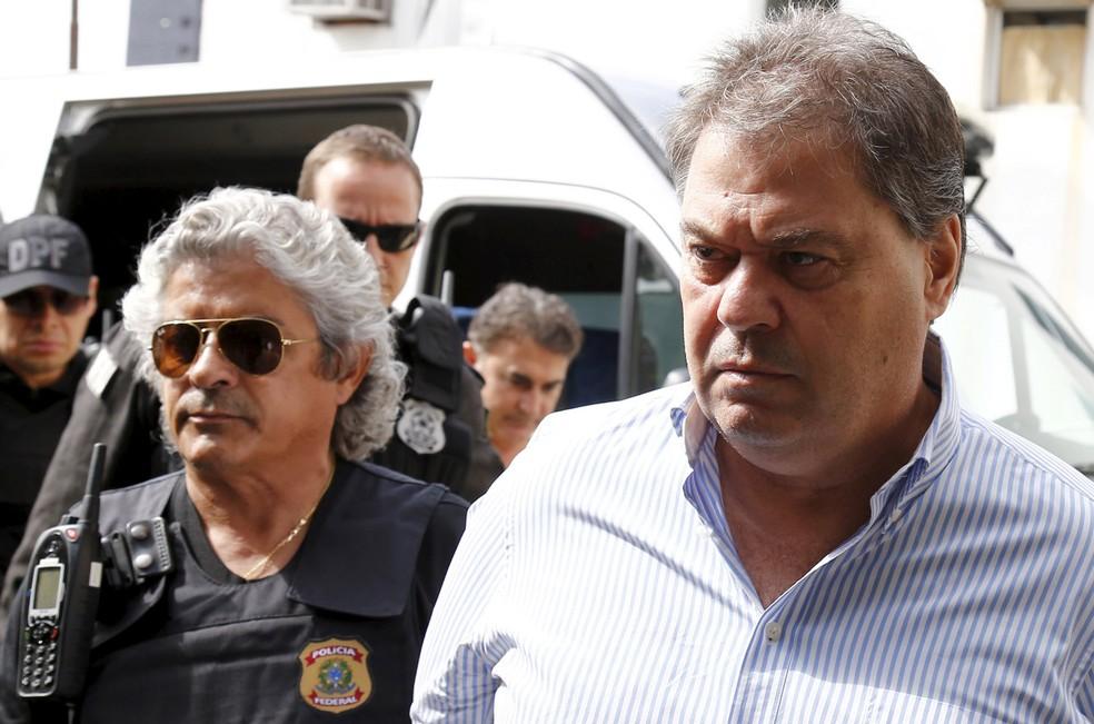 13/04/2016 - O ex-senador Gim Argello é escoltado pela Polícia Federal ao deixar o Instituto Médico Legal em Curitiba — Foto: Rodolfo Buhrer/Reuters