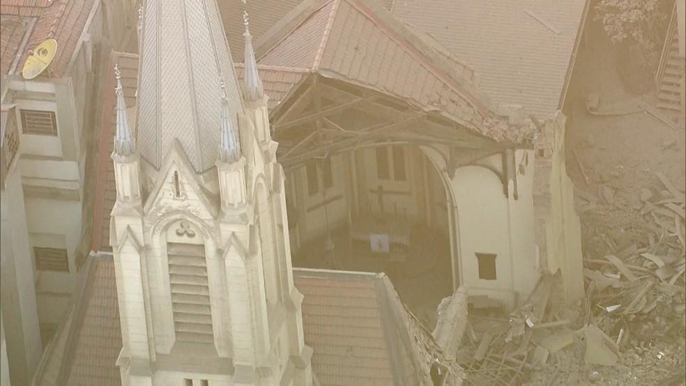 Igreja Luterana foi atingida pelos escombros (Foto: Reprodução/ TV Globo)
