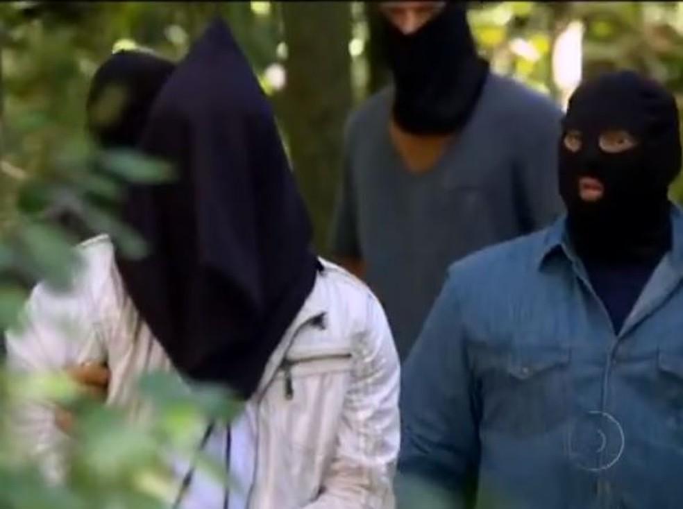 Ferdinand leva Antenor para floresta para matar o rapaz em 'Fina Estampa' — Foto: Globo