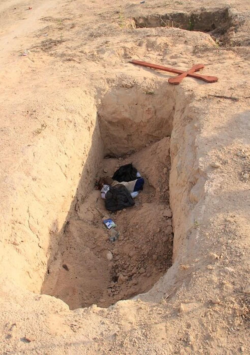 Perna foi encontrada exposta em cova (Foto: Visão Notícias)