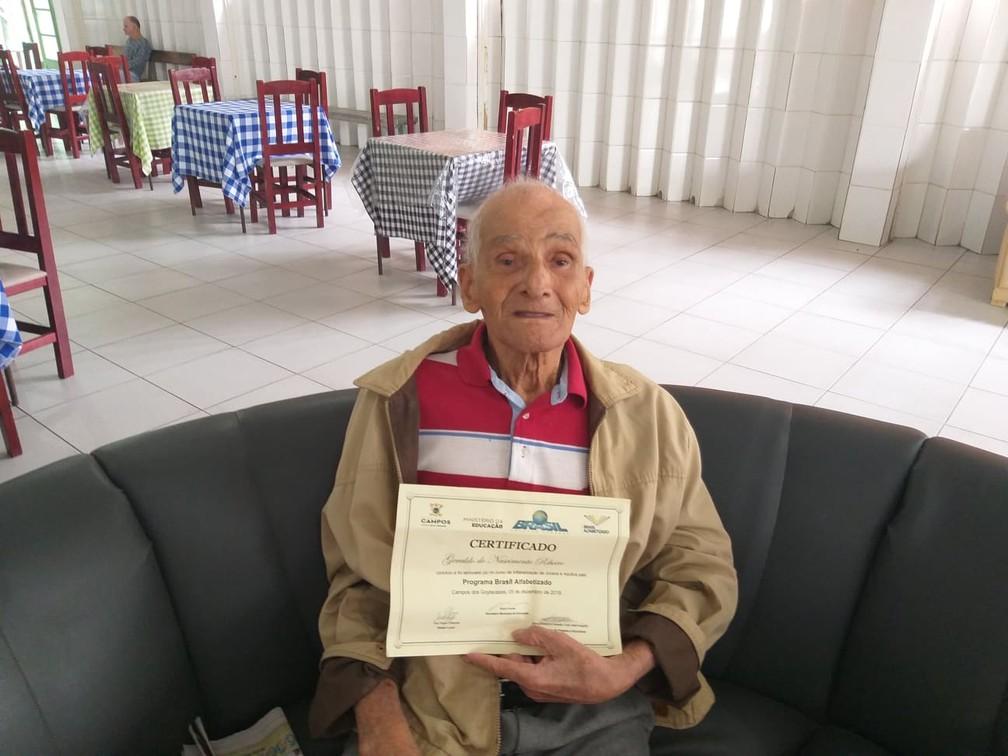 Geraldo mostra seu diploma no asilo onde vive em Campos — Foto: Amaro Mota/G1