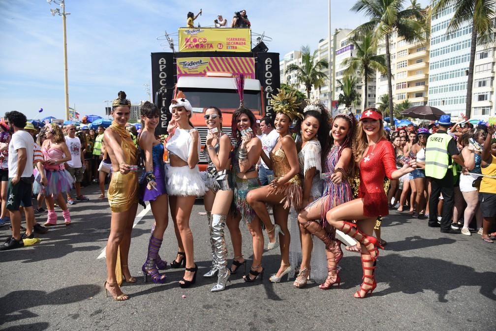 Beldades como Juliana Alves, Thaila Ayala, Paloma Bernardi e Sheron Menezes esbanjam simpatia no bloco A Favorita, em Copacabana (Foto: Alexandre Macieira/RioTur)