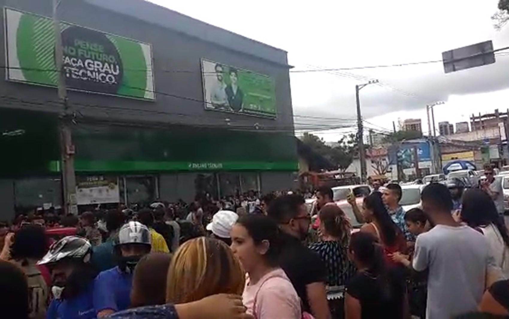 Feirão de empregos termina com confusão, vidros quebrados e fogo na rua em Campina Grande