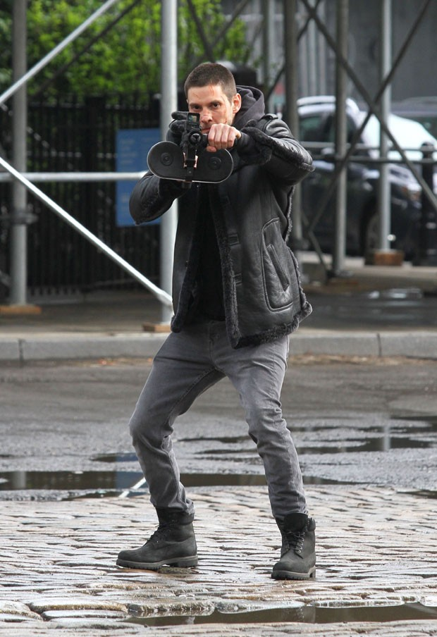 Ben Barnes  em gravação da segunda temporada de Justiceiro (Foto: Backgrid)
