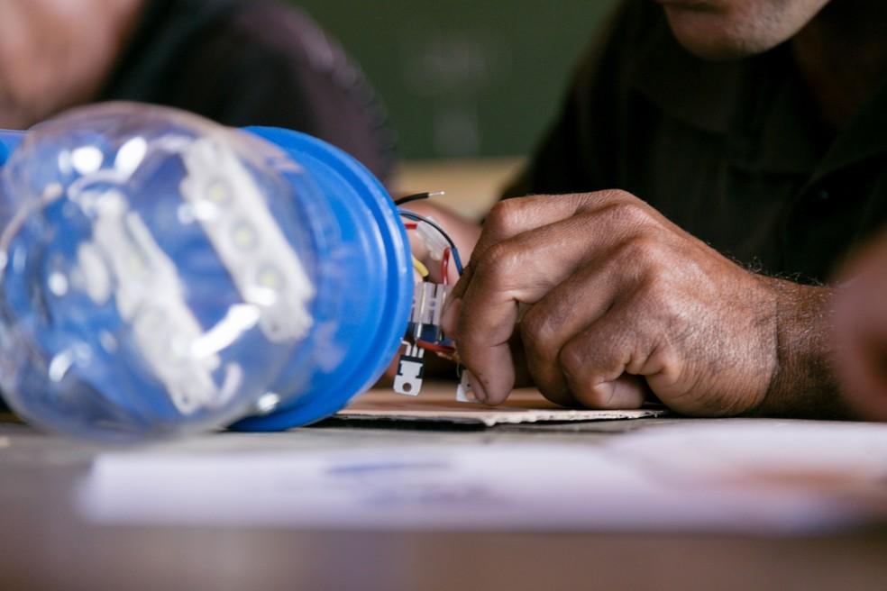 Lampião do Litro de Luz trouxe solução mínima à ausência de energia elétrica em comunidades da Bahia — Foto: Uatumã Campos