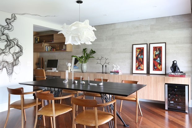 Arte, madeira e tons de cinza definem apartamento jovem em São Paulo (Foto: Mariana Orsi)