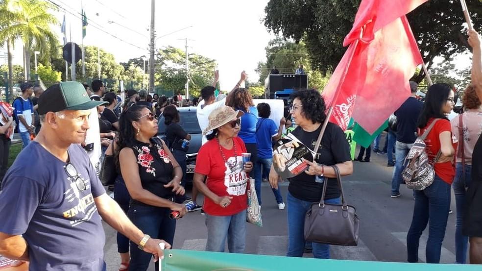 Servidores fazem manifestação em frente ao Sintep — Foto: Sintep-MT