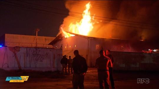 Barracões com materiais recicláveis são destruídos por incêndio no bairro Boqueirão, em Curitiba