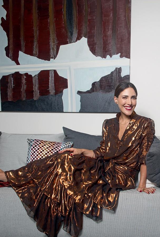 Em seu apartamento, em São Paulo, Lilly posa assim, bem basiquinha, de vestido metálico (Foto: Marlon Brambilla)