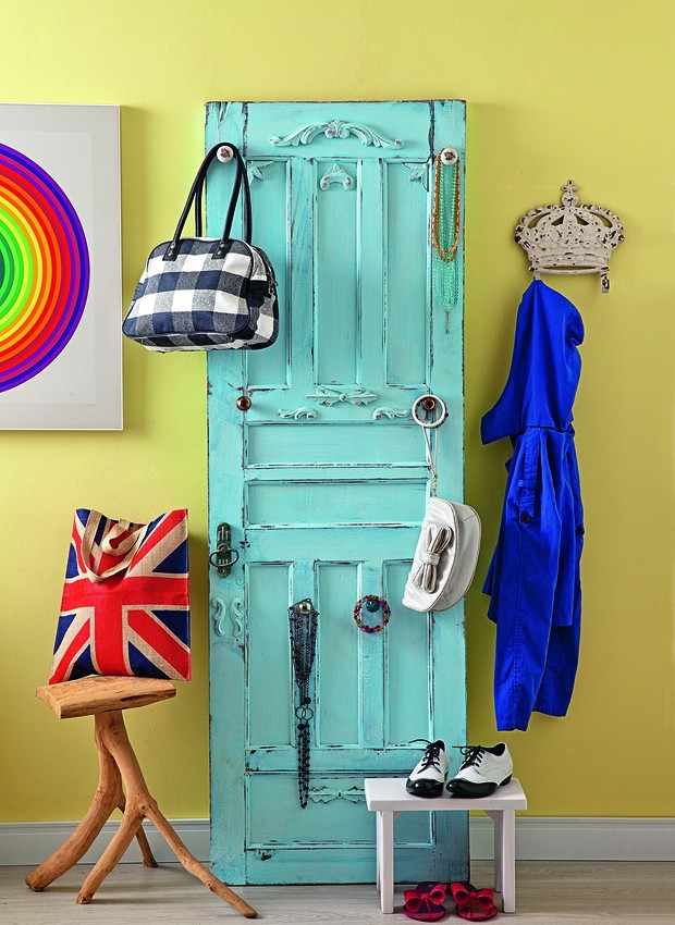 Aquela porta antiga linda não tem mais espaço na arquitetura da sua casa? Com uma pequena reforma, ela pode virar objeto de decoração. Com a reforma da La Calle Florida, este modelo ganhou puxadores (Foto: Luis Gomes)