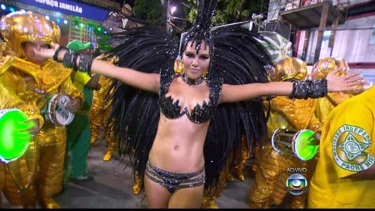 Mariana Rios estreia como Rainha de Bateria da Mocidade