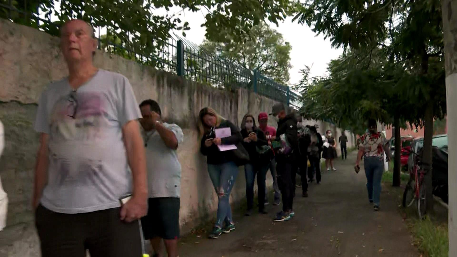 Espera por atendimento em farmácia de alto custo na Zona Leste de SP gera filas e aglomeração